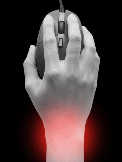 Roka drži računalniško miško, vidno je rdeče sevanje bolečine v zapestju zaradi sindroma karpalnega kanala