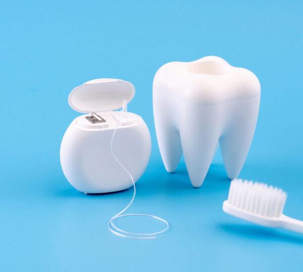 nega zob, čiščenje zob z nitko in zobno krtačko